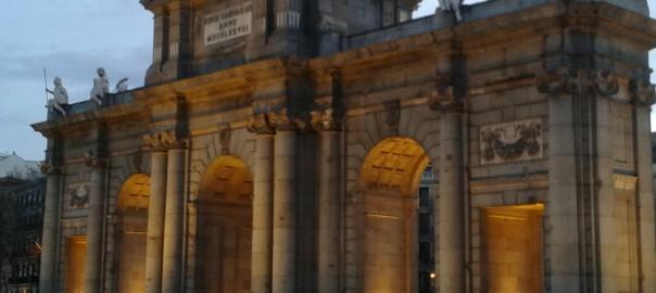 La Puerta Alcala de Carlos III, fue una puerta construida en el S.XVIII y uno de los monumentos más significativos de Madrid, por lo que es imprescindible en nuestras rutas urbanas y paseos didácticos por Madrid.
